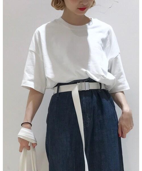 無地白×太めジーンズ