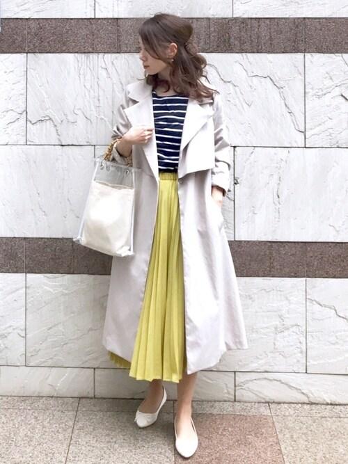 オフィスカジュアルの靴とコーデ13:白いバレエシューズと黄色いスカートの春コーデ
