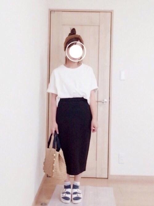 白T×黒タイトスカート