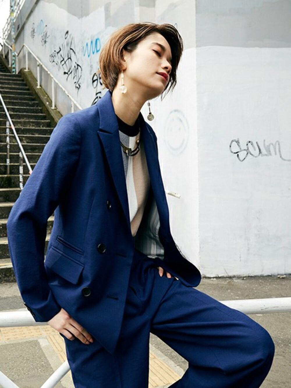 鮮やかな紺×スーツジャケット