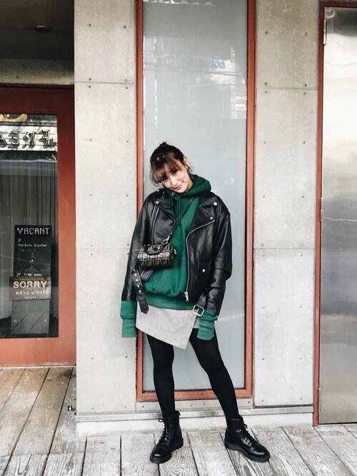 小竹麻美さんの「リアルレザールーズライダース(MURUA)」を使ったコーディネート