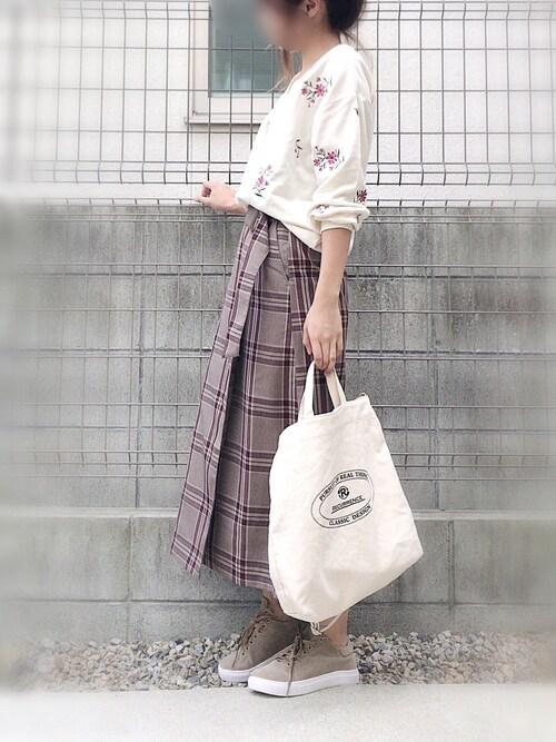 maho...さんの「フラワー刺繍スウェットプルオーバー(ikka)」を使ったコーディネート