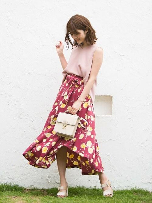 鈴木茉由さんの「カーネーションプリントロングスカート(MERCURYDUO)」を使ったコーディネート