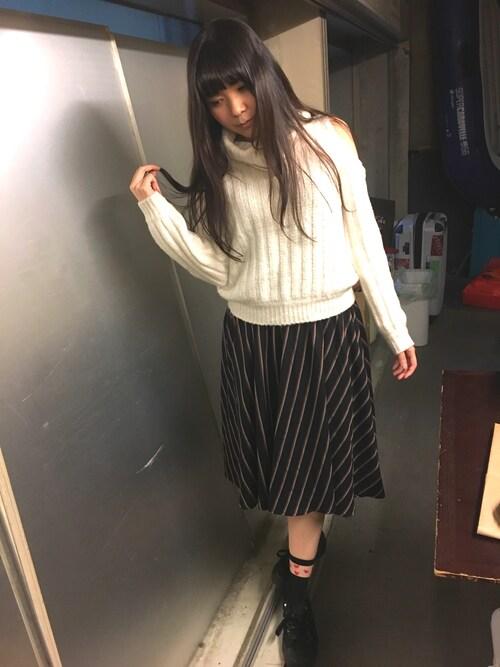 仮面女子さんの「オープンショルダーケーブルニットプルオーバー(titty&Co.)」を使ったコーディネート