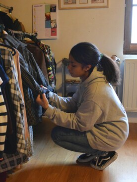 リリ is wearing Van's Old Skool