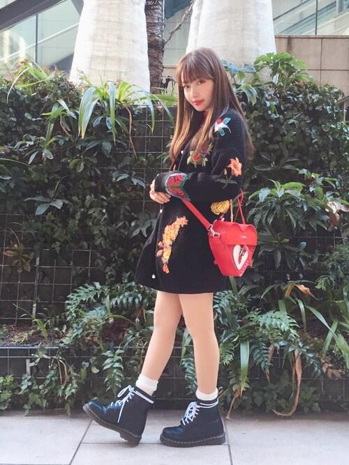 村瀬紗英さんの「トラ顔花柄刺繍 オーバーサイズニットカーディガン(ANDJ)」を使ったコーディネート