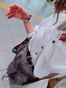 白シャツ×グレーパンツ