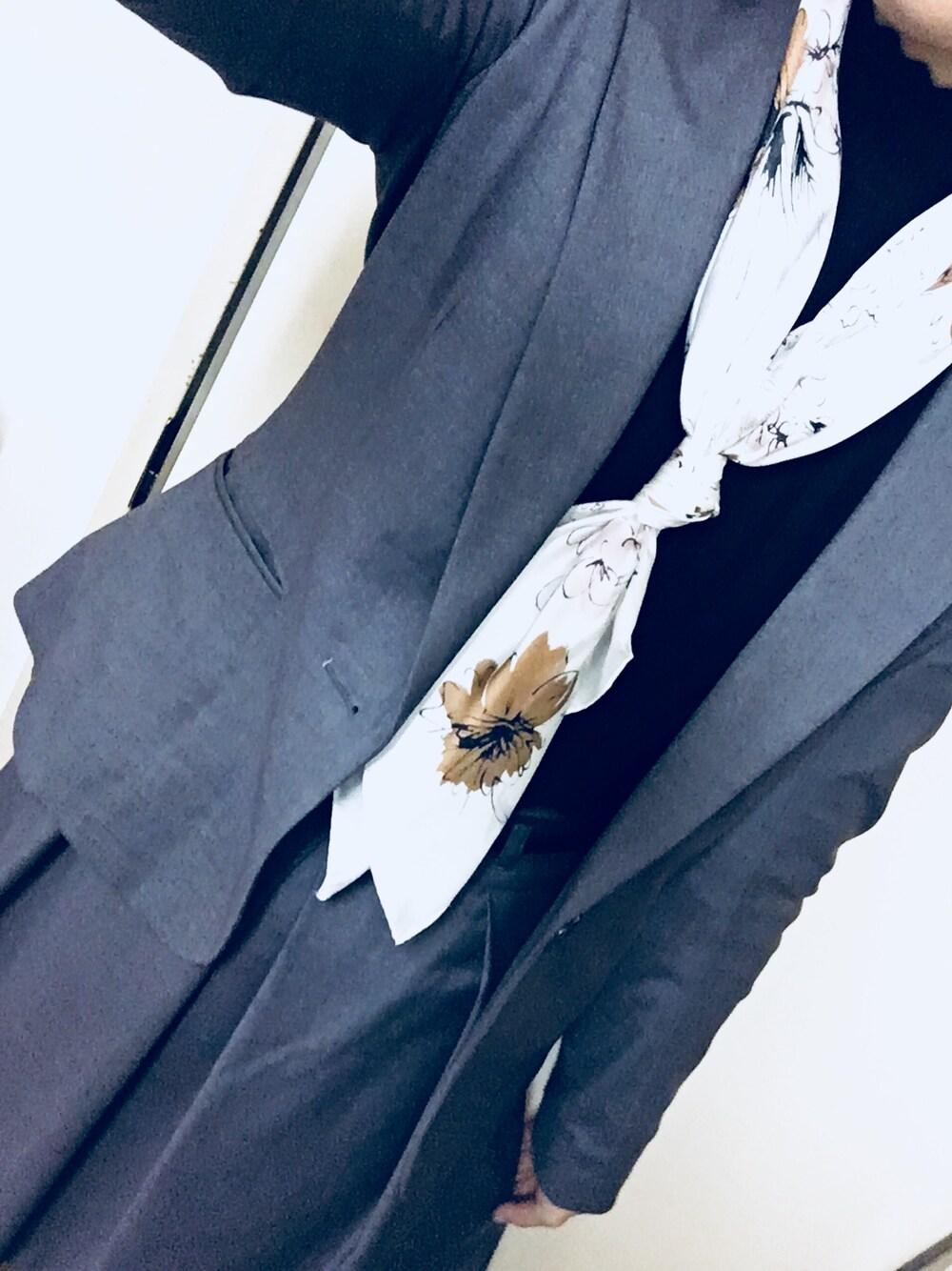 スーツグレー×シンプルなスカーフ