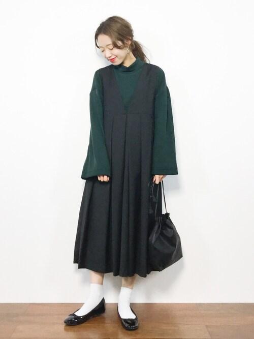 緑ワンピース×黒小物