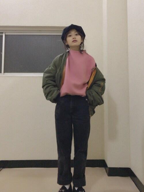 ピンクのセーターにオーバーサイズのMA-1を合わせる私服の高橋愛