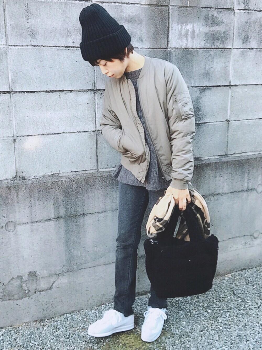 黒ニット帽×グレーコーデ