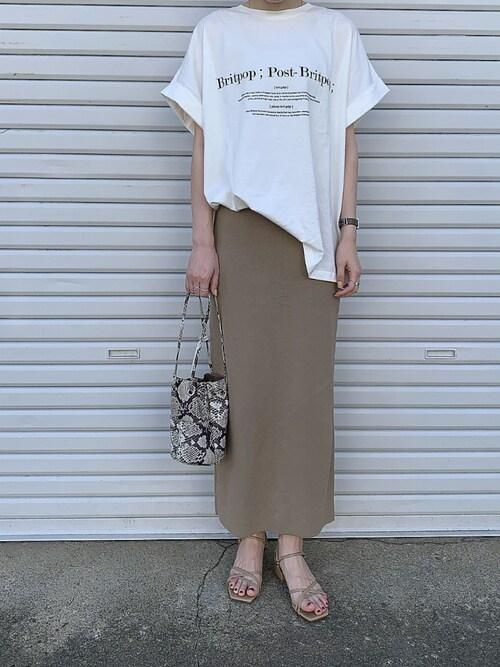 白Tシャツ ベージュタイトスカート