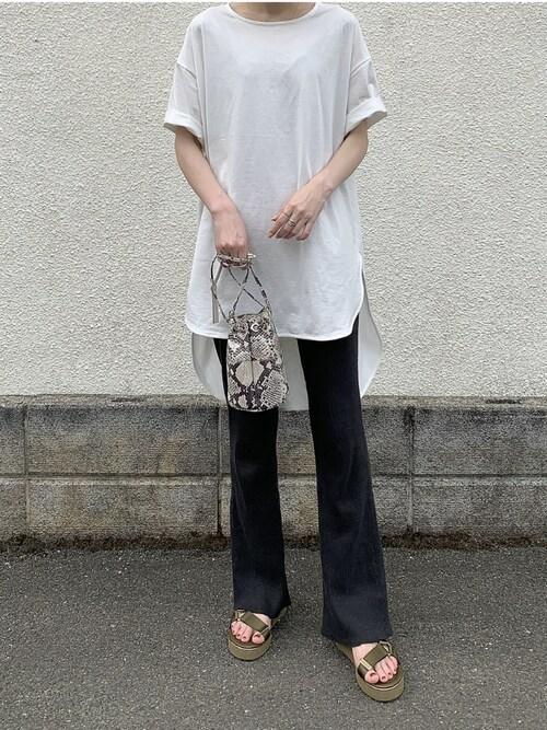 白Tシャツ 黒パンツ