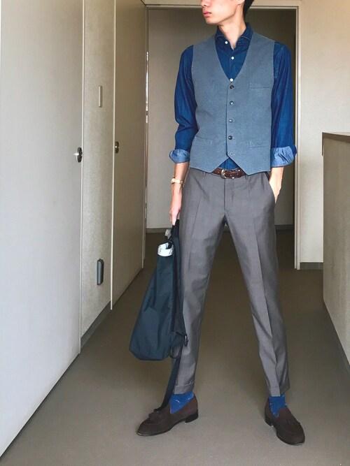 OK.A氏がWEARに投稿したコーデ|パンツのグレー以外を鮮やか目のブルー系で統一したコーディネートです。靴下にもブルーを持ってくることで、差し色にしつつ全体を丁寧にまとめ上げています。