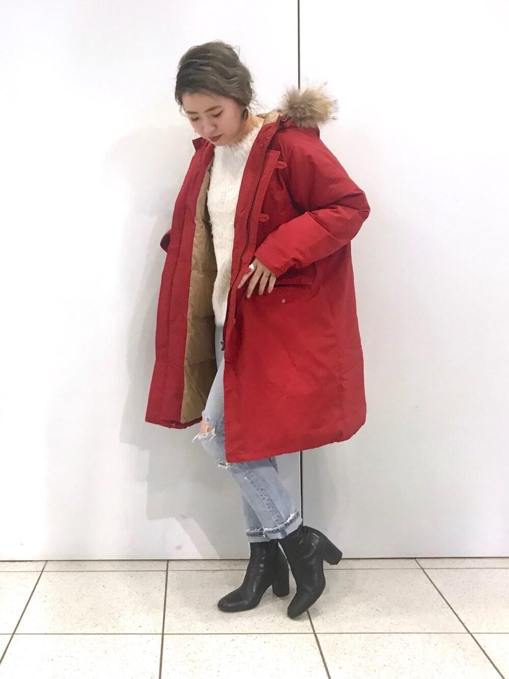 赤色のダウンコートのコーデ