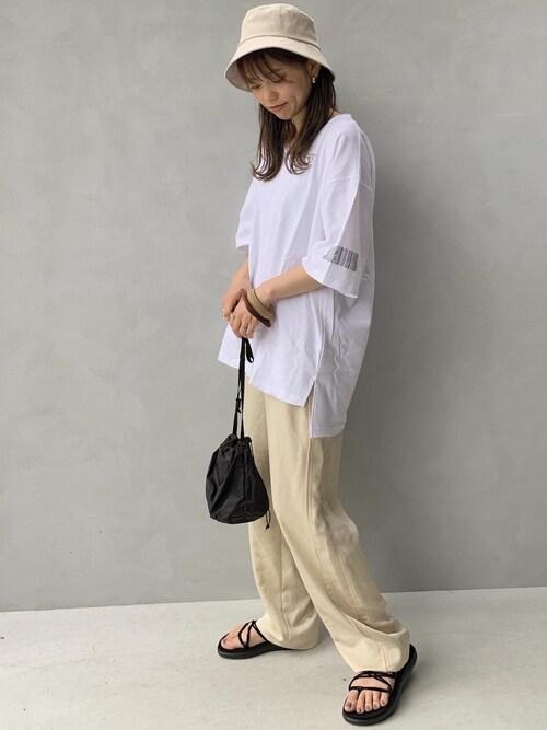 白Tシャツ ベージュパンツ