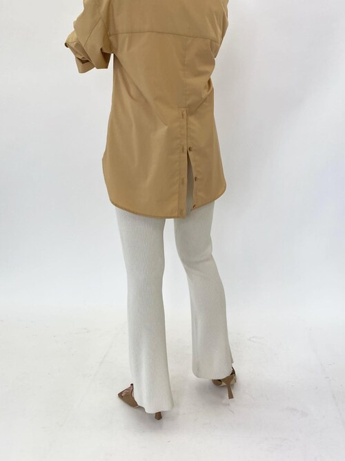 白リブパンツ×ベージュシャツコーデ