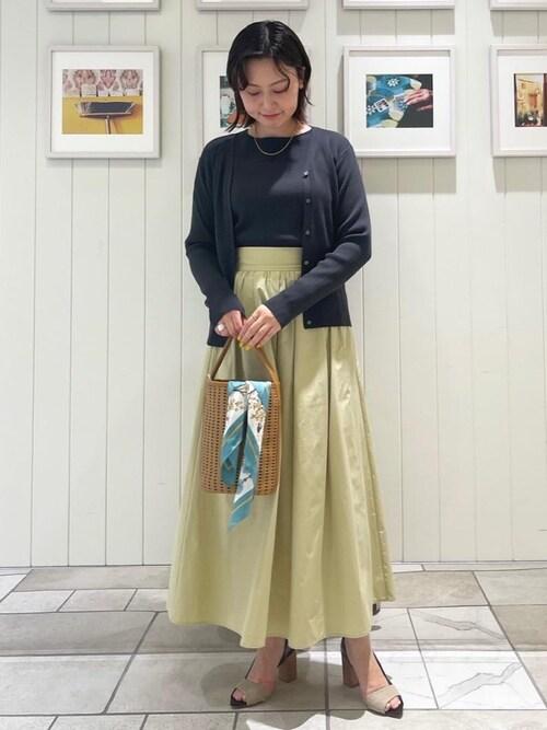 スカーフ×淡色スカートのレディースきれいめコーデ