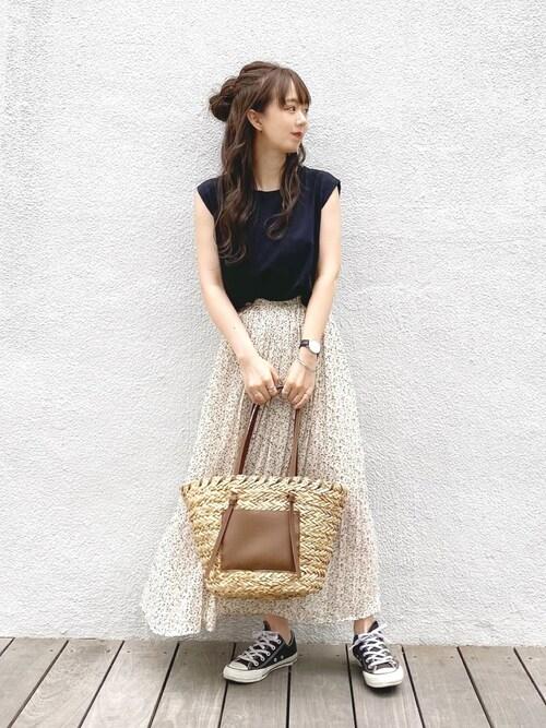 黒Tシャツ 花柄スカート