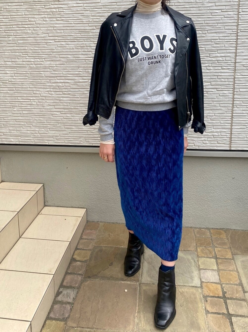 青色のタイトスカートコーデ