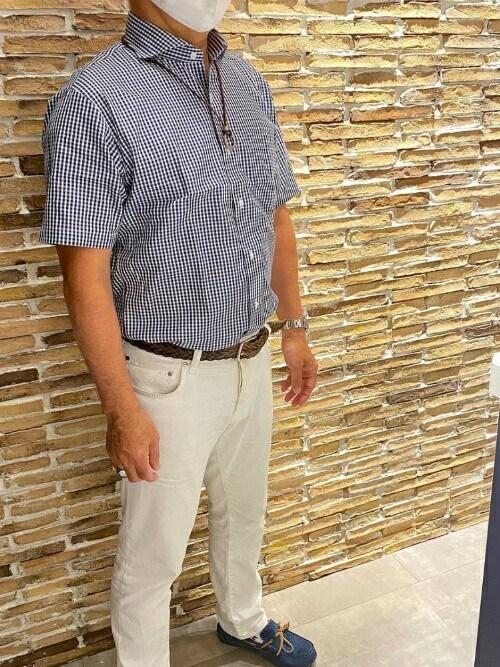 TOKYO_SHIRTS氏がWEARに投稿したコーデ 半袖シャツに白パンツ。そして、ネイビーのスニーカー。スタンダードなクールビズスタイルです。夏の過酷な環境に合わせつつ、ビジネスマンとしてのドレス感はキープしていきたいですね。