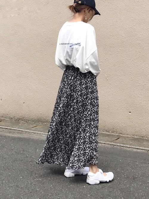 スニーカーにロングスカートを合わせたコーデをする女性
