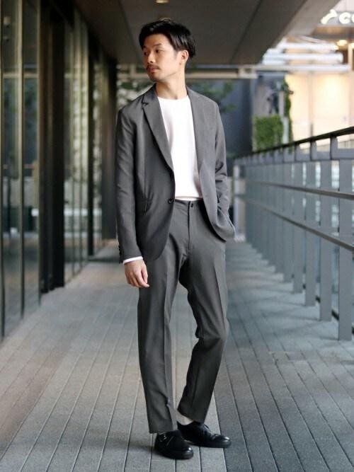 tetsuya氏がWEARに投稿したコーデ|白Tシャツにジャケットとスラックスを合わせたキレイ目コーデです。靴ひもの革靴だと固すぎる。ローファーよりもドレスアップしたい。そんなときは足元に金属光沢がチラっと見えるモンクストラップがベストアンサーと言えますね。