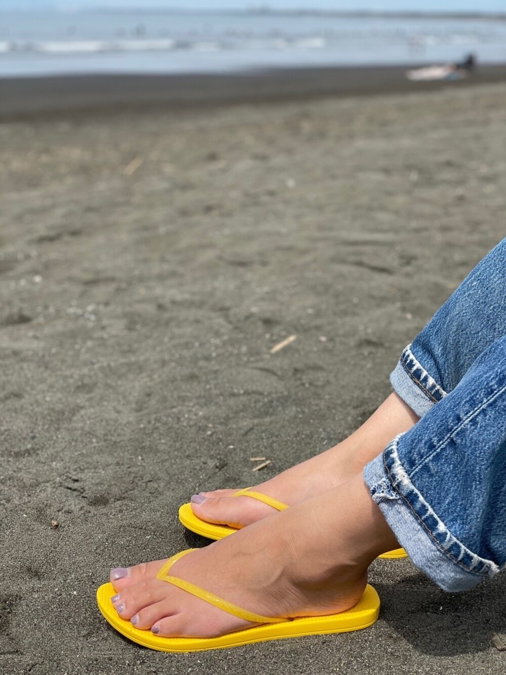 黄色のサンダルで夏を楽しもう
