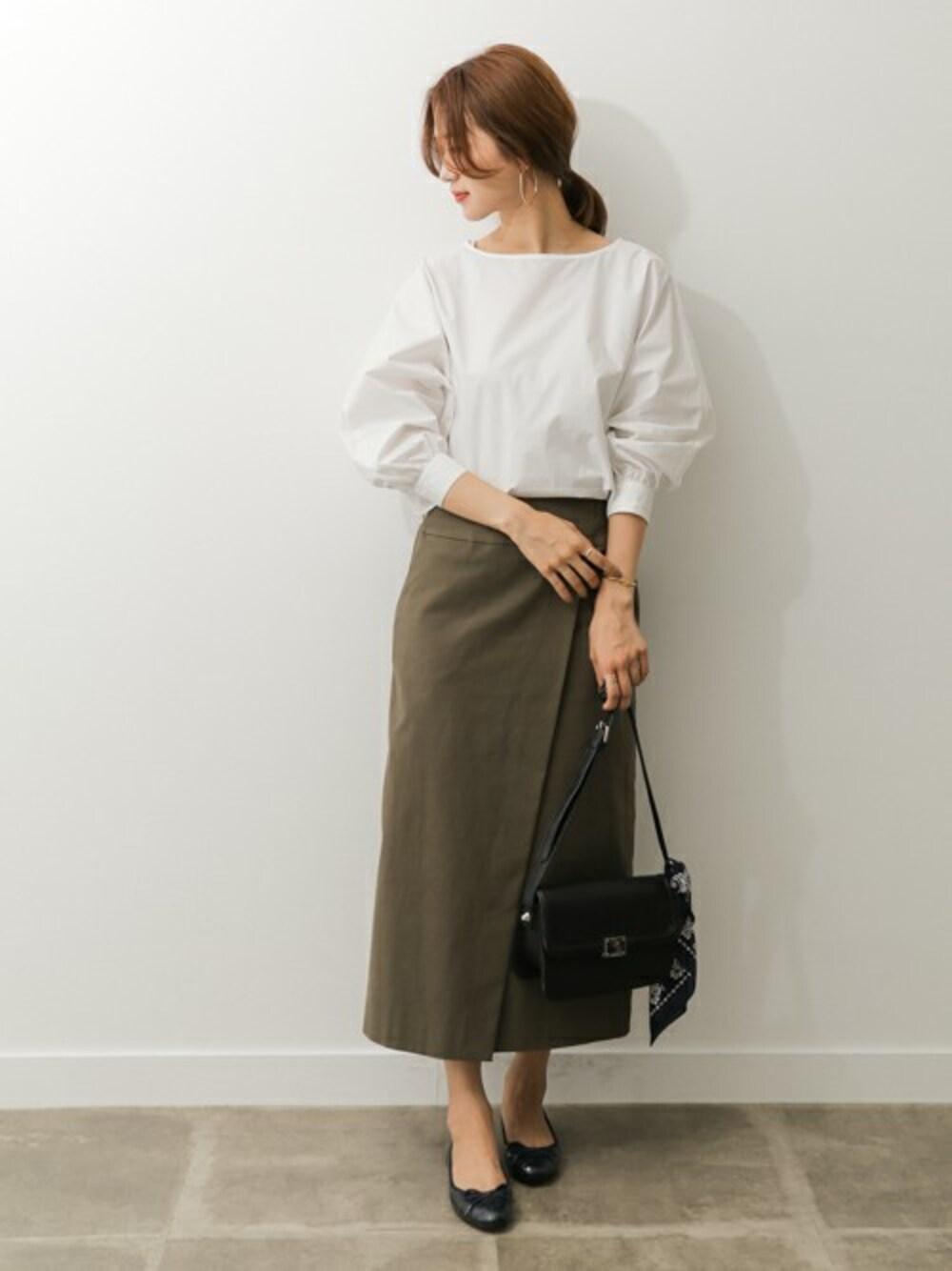 保育園 相談会 カーキのスカートとシャツ 30代