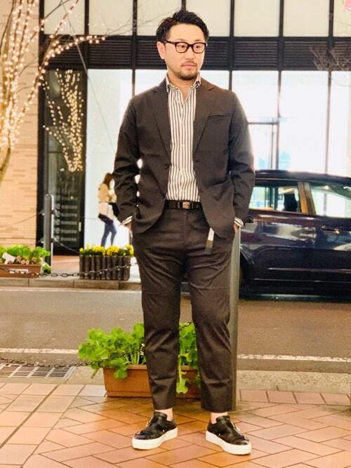 jyunki氏がWEARに投稿したコーデ|ソールが分厚めのスニーカーを合わせたスタイルです。ブラウンスーツ&ストライプシャツと色味を合わせることで、厚底のカジュアル感を緩和していますね。