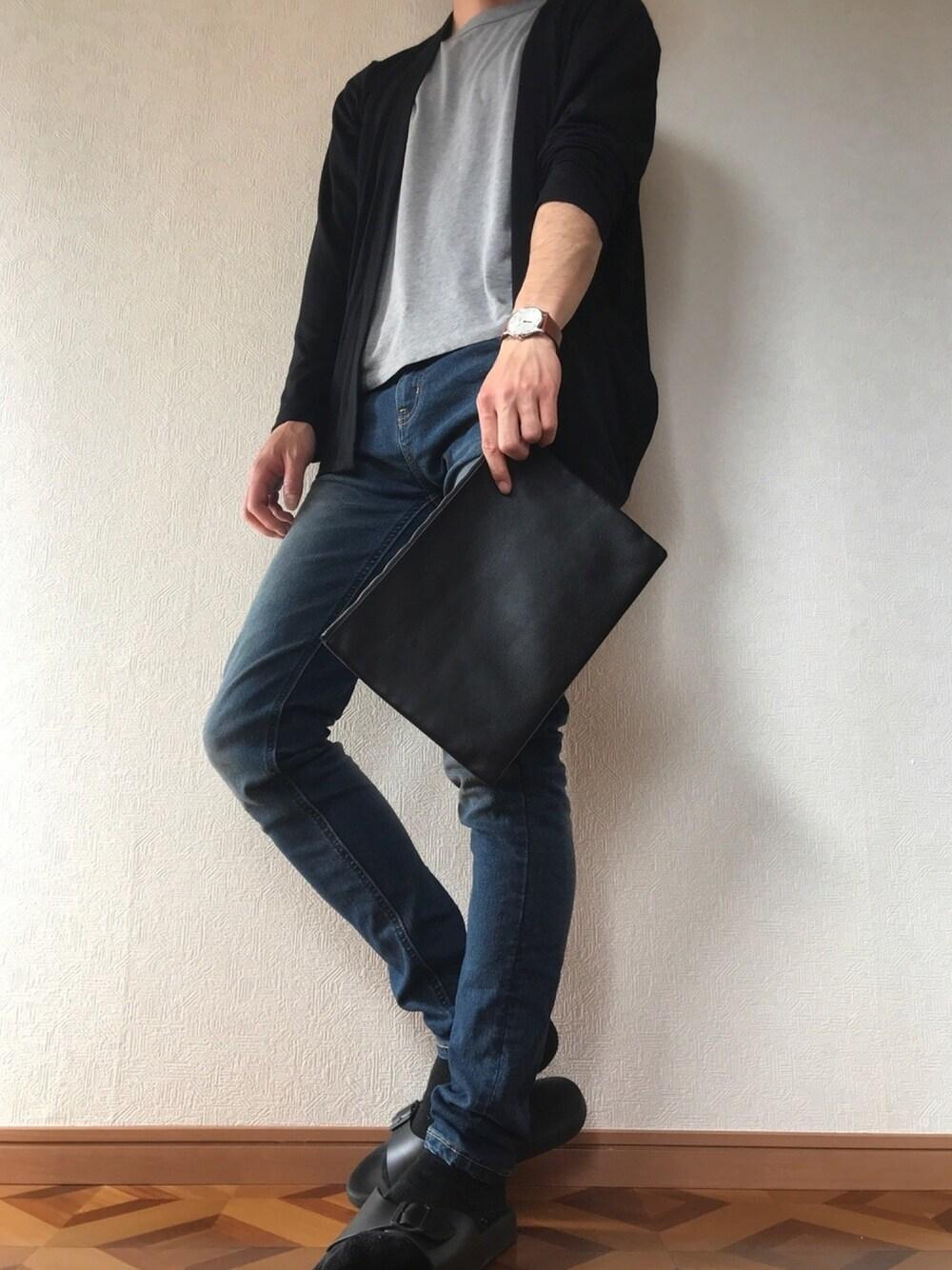 セカンドバッグをカッコよく見せる持ち方は角をつまんで持つ