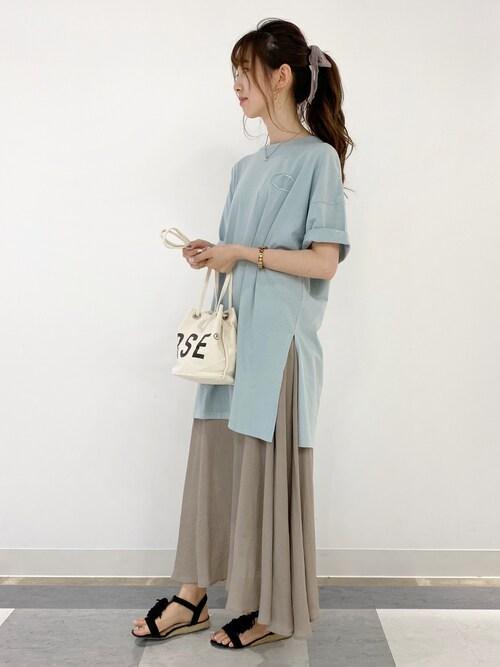 ブルーTシャツ ベージュスカート