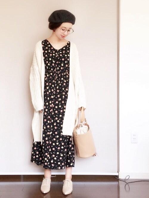 白 花柄ワンピース 黒 ファッション