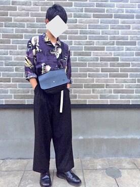 fdc075484255 ショルダーバッグを使った「柄シャツ #ガチャベルト#タックイン」の ...