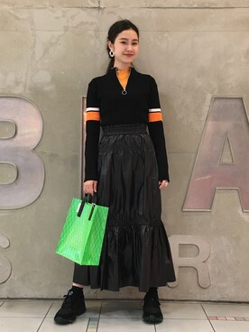 "A Ray BEAMS employee MARUERI is wearing Ray BEAMS ""Lapuis × Ray BEAMS / 別注 アシンメトリー ピアス"""