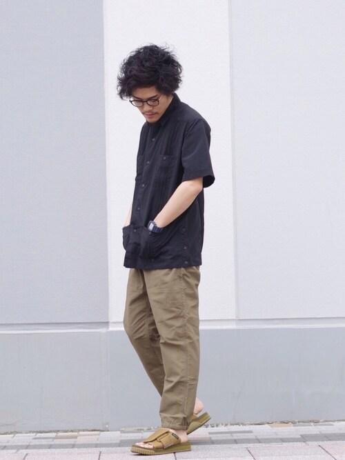 穿き込んだ雰囲気のパンツがいいリゾート感ある着こなし 画像1