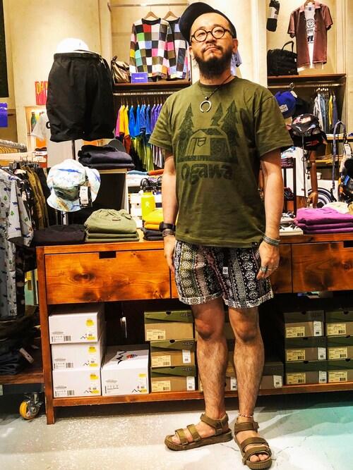 Tシャツとサンダルをアースカラーで統一 画像1