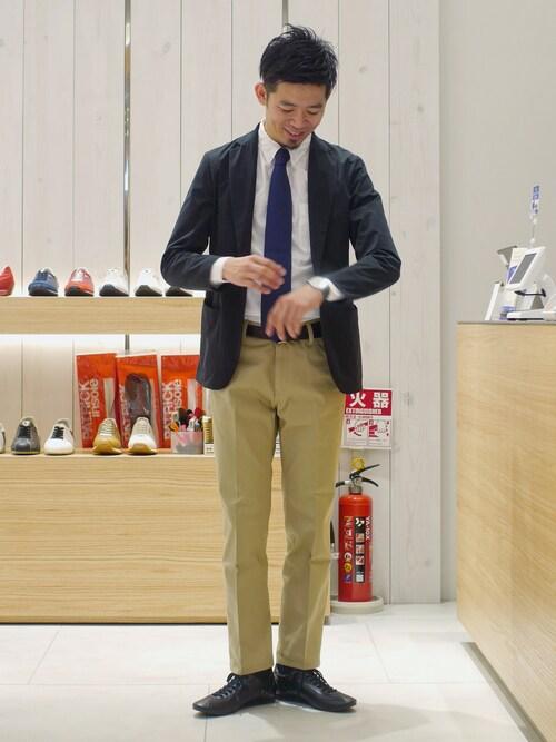 LB_MATSU氏がWEARに投稿したコーデ|スタンダードなジャケパンスタイルに黒スニーカーを合わせたコーデです。細身のシルエットが革靴っぽいので、パッと見ただけではスニーカーと気付かれないこともあるかもしれませんね。