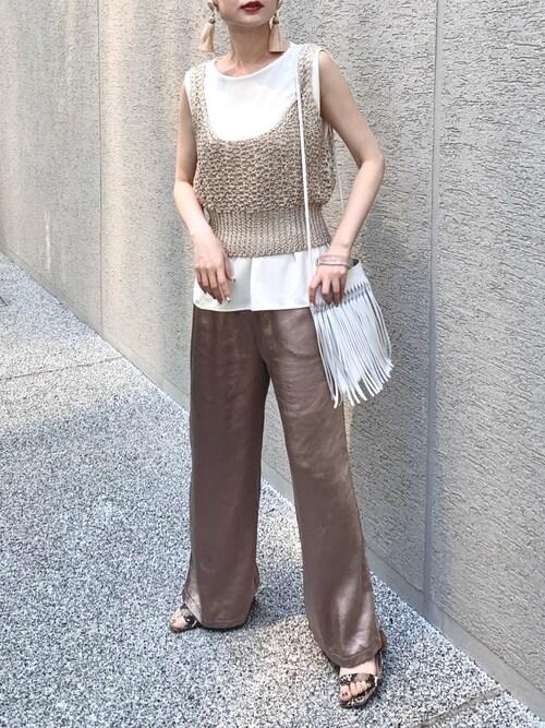 クレープジャージーTシャツとリネンニットビスチェとサテンワイドパンツのコーデをした女性