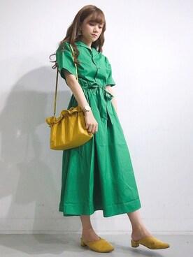 ビジネスカジュアルのNG例4:派手すぎる色の服