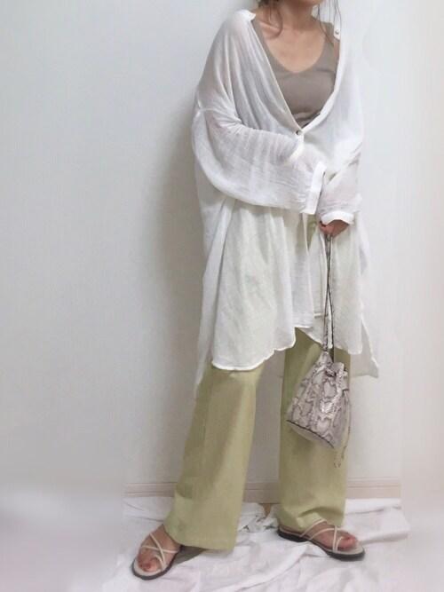 ZARAのシャツを使ったコーデをする女性