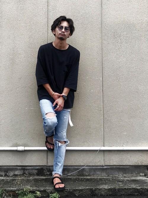 ダメージジーンズを黒アイテムでクリーンにスタイリング 画像1