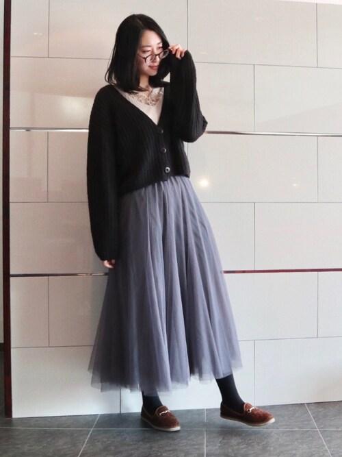 黒カーデ×グレーチュールスカート冬コーデ