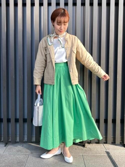 スカーフ×ロングスカートのレディースきれいめコーデ
