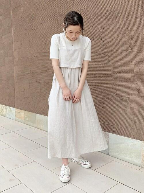 白コーデのスカートとスニーカー